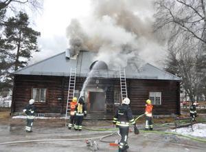 Elden spred sig från bron upp till vinden och var ganska svårsläckt.