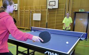 Båda 13-åringarna Emma Fagergren, närmast, och David Johansson tävlar för Laxå bordtennisklubb.