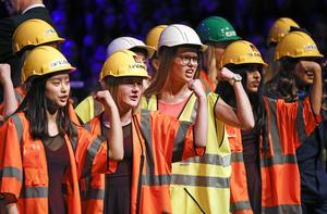 Flickorna sjöng om tuffa brudar i olika typer av lyxförpackning.