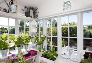 Glasverandan. En inglasad veranda mot ån tillhör tillbyggnationerna. Fönsterna är köpta begagnade och passar perfekt i miljön.