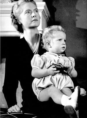 Prinsessan Sibylla med kronprins Carl Gustaf 1946.