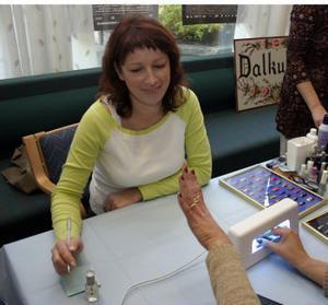 Victoria Lund, Östavall, hade en fullbokad eftermiddag. Tjejer i alla åldrar ville få naglarna målade av henne.