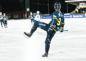 David Forsell firar 1–0-målet som fick Lugnets isstadion att koka.
