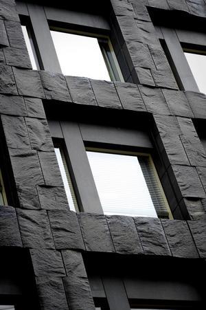 Kontrasternas hus. Utsidans kvadratiska form går igen på insidan. Färgsättningen är gjord av arkitekten själv tillsammans med konstnären Olle Nyman.