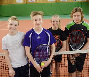 Sigge Eriksson, Kevin Norman, Agnes Wiklund och Anders Edberg är några av alla tennisungdomar i Alfta just nu.
