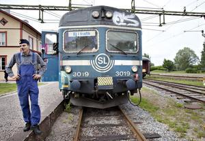 Från början hade tågen en blå färgsättning med fordonsnumret angivet med stora siffror i fronten. I början av 1990-talet fick de en vit dekorlinje runt vagnssidorna och de stora frontnumren ersattes med SL:s logotype. I bilden syns Johan von Oelreich, ansvarig för fordonsunderhåll på museet.