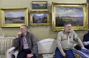 Blombergssons tavlor blev dyrast på lördagsauktionen. Auktionsbesökarna är Karl-Erik Westin, Bollnäs och Sten Svensson, Söderhamn.