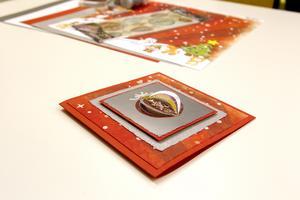 Toppa med ett klistermärke som får dig att se ut som pysselkung! 3D-effekt på julkulan i blir det när man vecklar upp pappersflikarna i stickern.