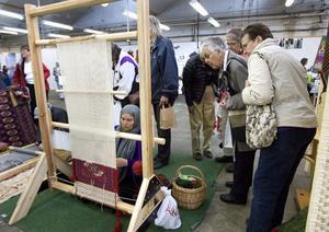 Afghanska mattor vävs under Vävdagarna i Forsa. Masoume Kademi har flinka fingrar när hon knyter de fina trådarna tätt, tätt. Hon och Zuleiha Nurullha, som också deltar, bor i Ljusdal.