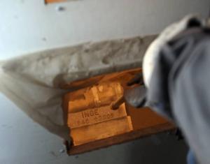 Här sprutas tryckluft och sand på stenenoch gör att området runt bokstäverna gröps ur.