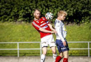 Luftduell mellan IFK:s tuffe mittback Christoffer Fryklund och Selångers målskytt Oliver Widahl.