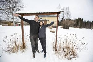 Jens och Madeleine Mattson framför huset som de totalrenoverar och bygger ut.