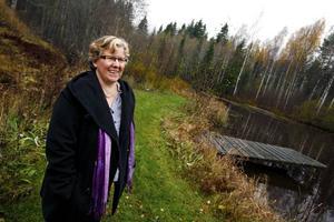 SMULTRONSTÄLLET. Centerpolitikern Marina Alfredsson-Bror vistas gärna i naturen kring gården i Rörberg där hon bor med sin familj. Favoritstället är området kring den numera vattenfyllda lertäkten som hörde till Björksätra tegelbruk som låg alldeles intill en gång för länge sedan.