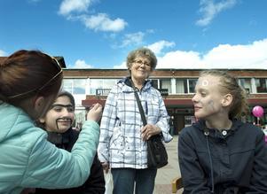 Irma Sjödin från Bosvedjan funderar på en ansiktsmålning men ångrar sig i sista stund. Ronja Dyberg målar Niga Rahman och Linn Wahlstedt. Skönsbergs fritidsgård samlar in pengar till en Göteborgsresa.