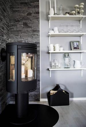 I köket står en modern kamin, som värmer huset på vintern.