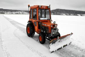 Traktorn som Brunnsjöns Vintervänner från början fick hyra av Hedemora kommun tillhör numera föreningen. När traktorn gick sönder så fick föreningen den av kommunen, men de fick laga den själva.
