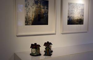 Eivor Schultz visar små keramikbodar och Anna Kollberg fotografi.