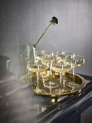 Med champagneglasen