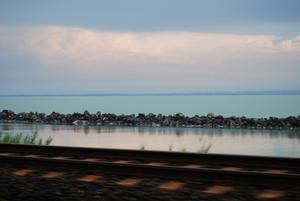 Ungerska Balatonsjön är flera mil lång. Sjön är grund, grågrön och varm. Runtom den finns flera välkända kurorter med tempererade bad och välgörande lera. Foto:Johanna Lundin