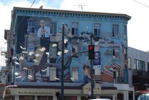Det ser ut som flygande böcker framför muralmålningen som beskriver delar av San Franciscos historia. En bild som beatförfattarna troligen skulle ha gillat.