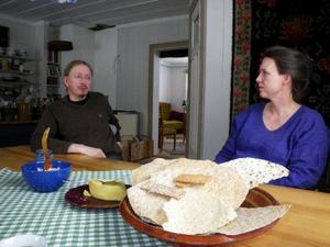 """Ylva Forsberg och sambon Ole bjuder på egenproducerat knäckebröd vid köksbordet. """"Jag utvecklar företaget och håller                 kontakt med kunderna härifrån Gåxsjö. Min bror och delägare Markus bor vid bageriet i Huså där han har koll på det dagliga, det funkar perfekt"""", berättar Ylva. Foto: Ann-Louise Rönestål Ek"""