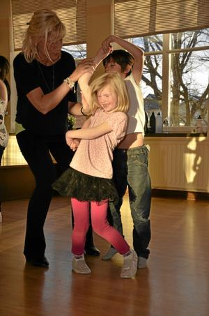 Trassligt. Det är inte så lätt att hålla ordning på både armar och ben när man buggar. Linnea Edholm och Edvin Persson Tsakanyan får hjälp av danslärare Lena Johnson.