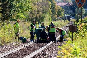 Vårdpersonal och räddningstjänsten samarbetade för att ta hand om personen som blivit påkörd.