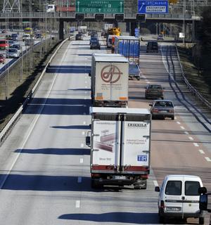 Olagligt. Utländska åkerier utför en stor mängd transporter i Sverige utan att ha giltiga tillstånd. Nu åtalas en dansk direktör.