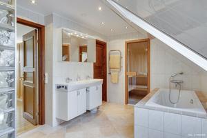 Helkaklat badrum. Foto: Panview
