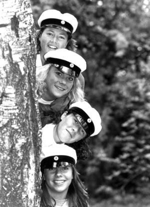 De nykläckta studenterna Anna Widell, Ulrika Forslund, Carola Ålstig och Åsa Widebark blickade enligt ÖP mot en ljusnande framtid när de tog studenten 1990.