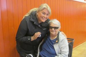 Jeanette Höglund tillsammans med åhöraren Catharina. Foto: Caj Ek