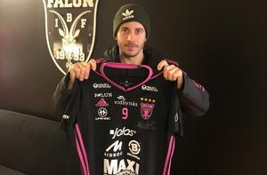 Alexander Galante Carlström med matchtröjan som han skänkt till Skälbys insamling.