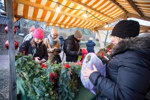 Julkransar var populära. Christin Carlsson hade fullt sjå att hålla reda på alla köpare som betalade med swish. Foto: Lennye Osbeck
