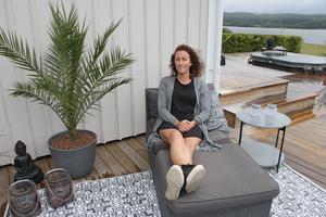 Linda har en favoritplats på altanen, nämligen vid husknuten. I bakgrunden skymtar sjön Råsvalen.