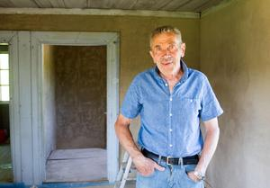Roger Jernström har lerklinat övervåningen i Amandahuset. Tidigare har han också renoverat fönstren här.