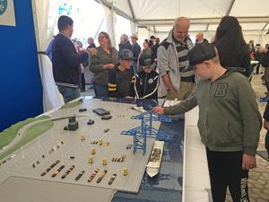 Både yngre och äldre besökare uppskattade att få se en modell av hur den blivande containerhamnen kommer att se ut.