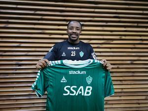 Bantu Mzwakali poserar med Bragetröjan inför kontraktsskrivandet.