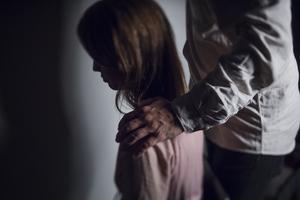 I spåren av coronahanteringen har det höjts röster för våldsutsatta kvinnors situation. Detta är något som vi alla, inte minst politiker och kommunala tjänstemän måste ta på största allvar, skriver Andrea Kronvall och Lena Rehnberg. Foto: Stina Stjernkvist, TT.