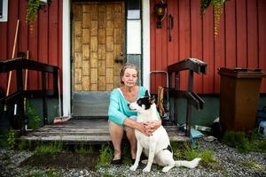Susanne Quist bor i Seltjärn och jobbar inom hemtjänsten i Solberg. Här med ettåriga hunden Kira.