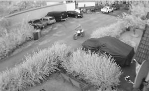 Filmen från Klas Ebelings övervakningskamera visar hur en person kör iväg med crossen klockan 05.27. Strax därefter observerar vittnen hur en cross med två personer kör mot Söderhamnsvägen.