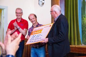 Jan Isaksson räckte över en stor check på 35 000 kronor till representanterna från Vallsta SK.