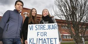 Jörg Hellkvist, Alva Westling och Tyra Blum har tillsammans strejkat utanför kommunhuset och på stora torget varje fredag sedan november 2018.