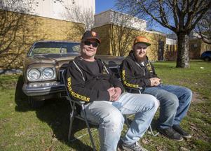 Jonny Fahlström, till vänster i bild är pappa till Pontus Lundholm som äger bilen de sitter vid.