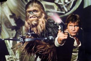 Smugglarna Chewbacca (Peter Mayhew) och Han Solo (Harrison Ford) slår följe med hjälten Luke Skywalker i filmerna om Stjärnornas krig. Foto: Lucasfilm