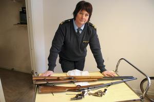 Bilden på Susanne Lindström togs vid förra amnestin för fem år sedan och visar en liten del av de vapen som lämnades in.