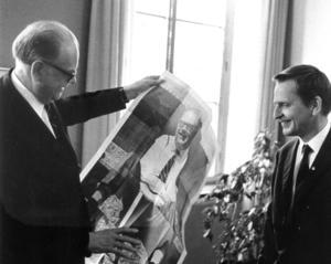När Tage Erlander avgick från statsministerposten frågade reportern efterträdaren Olof Palme vad han främst lärt sig och kommer att minnas av Tage Erlander. Svaret var; ärlighet i politiken.