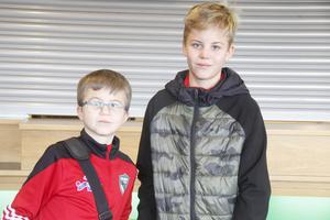 Bröderna Oscar Wallinder 10 år och Gustaf Wallinder 12 år spelar i Valbo FF P09 och P07.
