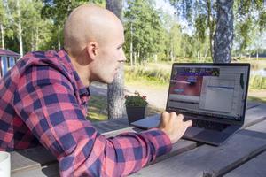 På sin dator har Lars Ljung filmer och statistik på de idrottare han följer.