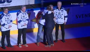 Eriksson kramas om och välkomnas ut på isen. Bild: Skärmdump C More.
