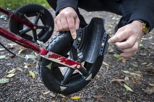 Magneter håller fast broddarna runt däcket.